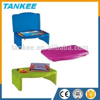 孩子学习桌的孩子站在小塑料表存储表