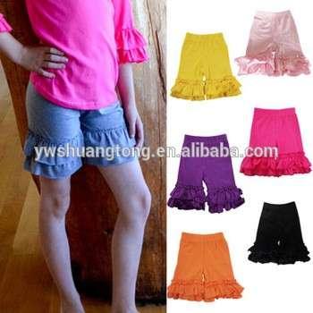 小女孩蹒跚学步的固体层状双褶短裤裤裤