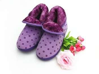 舒适温暖的孩子紫色长靴