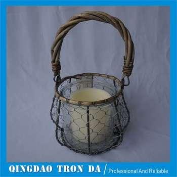 带玻璃蜡烛的灰色编织篮