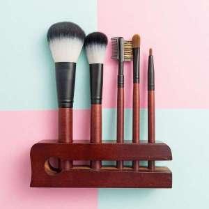5件化妆刷集站在木制的组织者